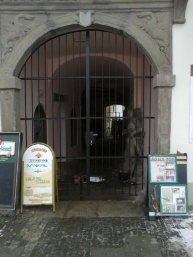 Kované brány - průčelí domu ve Stříbře