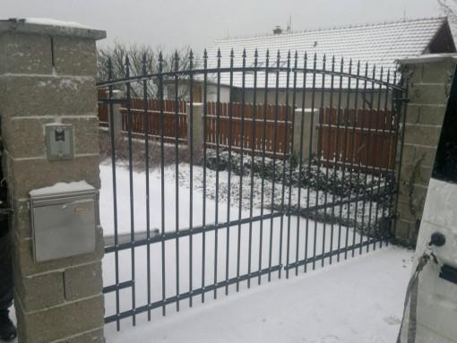 okrasný plot + brána; Chlumčany